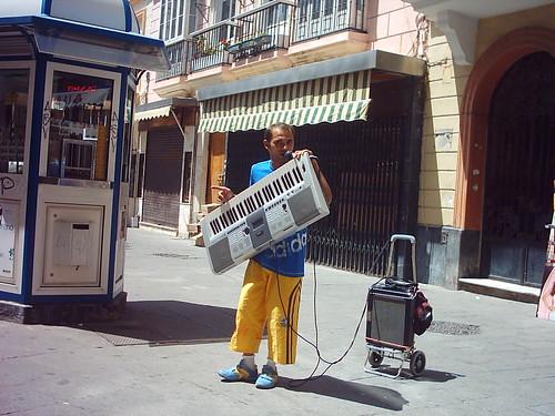 Un teclado con su músico