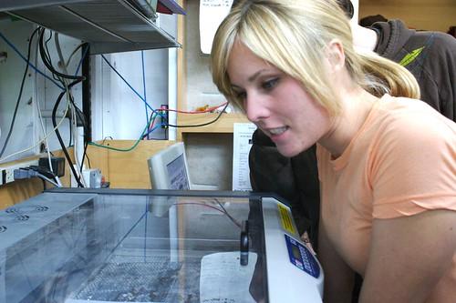 Leah enquanto assistia à gravação a laser do seu MacBook