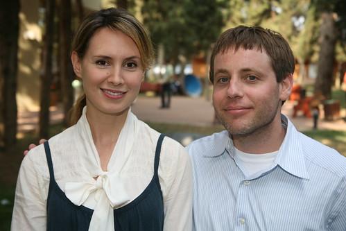 Joanne Colan (à esquerda, claro) e Andrew Baron (à direita, se bem que a barba por fazer também ajude a distinguir)