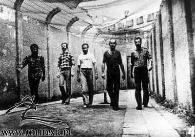 820831 Białołeka - ''Pieciu wspanialych'' z Bialoleki (od lewej Henryk Wujec, Lech Dymarski, Janusz Onyszkiewicz, Jacek Kuron i Jan Rulewski)