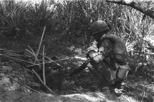 Hậu Nghĩa 1966 - U.S. soldiers of 1st Infantry Division searching Vietcong hole.