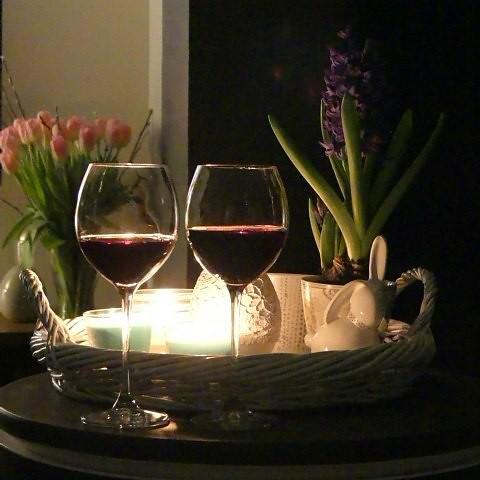 Best decorations on Kadinika.com Święta, święta, ważne ze z tymi ktorych się kocha z rodziną przyjaciółmi. Było gwarno śmiesznie i smacznie i bez telefonu ☺👌 A teraz chwila relaksu. #evening #swiece #relax #kwiaty #flowers #goodevening #happyeaste