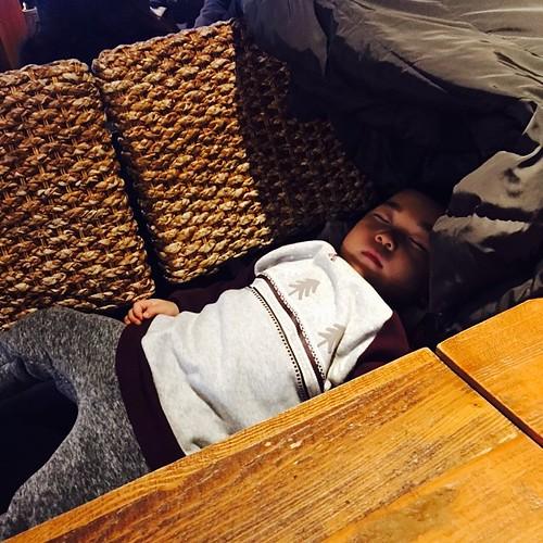 코코몽랜드가따가 문닫아서 타요카페가는길에 잠들어버림.. 허무함.. 그냥 카페와버렸다.. 의자3개합체해서 만든주원이침대😂 #조주원 #아들 #애스타그램 #육아스타그램 #26개월 #카페베네 #caffebene #주말 #일요일 #낮잠 #아들스타그램