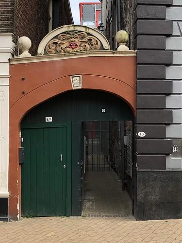 Poortje met gevelsteen met een kop met hoorntjes, zonder gespleten tong, anno 1683, Akerkhof 8/10 in Groningen. Verwijst dit naar Generaal Carl von Rabenhaupt (1602-1675) die Christoph Bernhard von Galen, alias Bommen Berend, had verslagen?