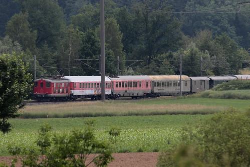 SBB Lokomotive Re 4/4 I 409 resp. 10009 von Classic Rail ( Baujahr 1946 ) mit Extrazug 32399 I.nterlaken W.est - B.asel SBB RB - ( K.aiseraugst ) unterwegs zwischen Rubigen und Gümligen bei Bern im Kanton Bern der Schweiz