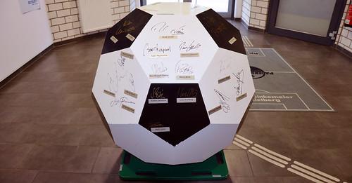 Unikat: Riesiger Fußball signiert von 45 legendären Fußballstars