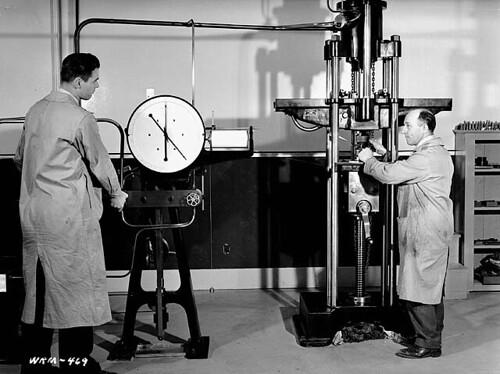 Scientists test the tensile strength of steel samples, Sorel Steel plant, Quebec / Des scientifiques déterminent la résistance à la traction d'échantillons d'acier, aciérie Sorel Steel (Québec)