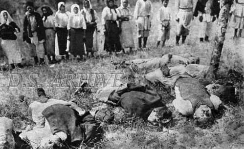 """Glichitch/Serbia (anul 1914). """"Tineri între cinsprezece și șaptesprezece ani masacrați de austro-ungari la Glichitch, aproape de Chabatz""""."""