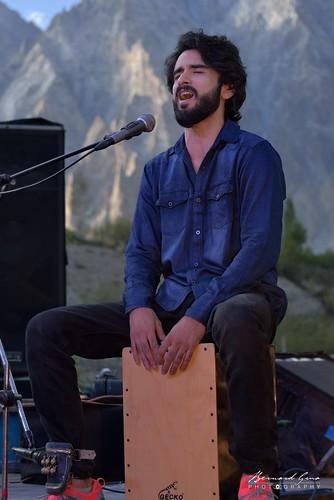 Usman Shakeel du groupe Saakin, chante