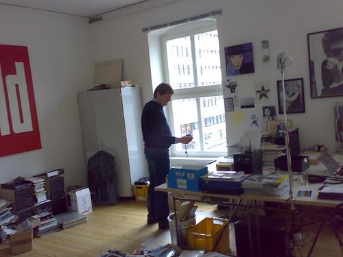 Manfred Tari scannt die Redaktion