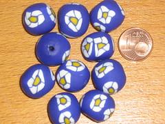 Ref. 1 Contas em fimo azul com flor branca