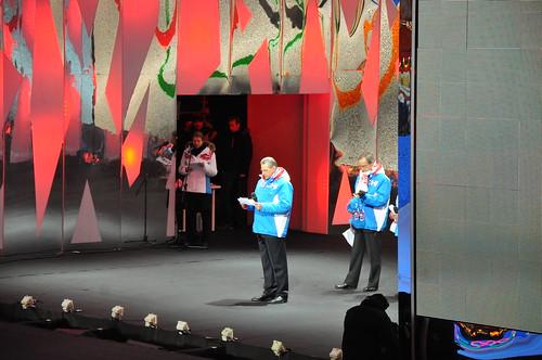SOK prezidents Žaks Rogge uzsver logotipa mūsdienīgo izpildījumu.