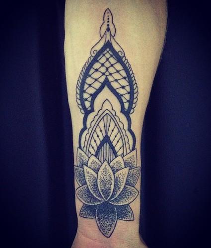 Cover-up da Jessica .#tattoo #tattooed #tattoos #tattooer #tattoogirls #inktattoo #inked #inkedgirls #pontilhismo #black #mandala #mandalatattoo #xaxa #xaxatattoo #chimatotattoo
