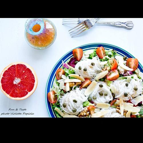 Sałatka z makaronem ryżowym, wędzoną soją i ..... lekka obiadowa propozycja.  http://funandtaste.blogspot.co.uk/2013/08/makaron-ryzowy-wedzona-soja-migdaly-orzechy-przepis.html  #sałatka #light #foodporn #fotografia #soja #kapary #przepis #jedzenie #food