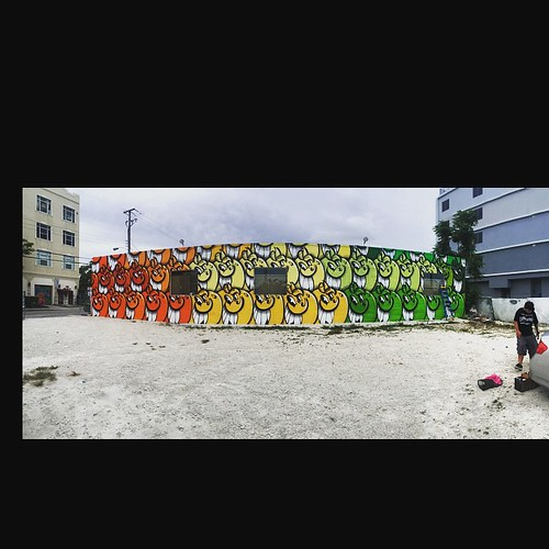 #oranges #atomik #atomiko 50 🍊s and a huge wall @atomiko its in #wynwood but don't tell anyone in case they think he's trendy 😜