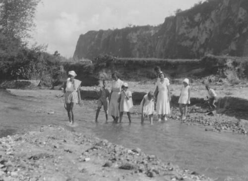 Karbouwengat (Ngarai Sianok), Bukittinggi (Fort de Kock), Sumatra, met Statius Muller's, Kloprogge's en Boers'en,  juni 1933.