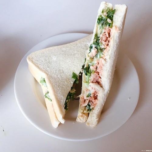 Sandwich cá ngừ. Tự nhiên một ngày đẹp trời thèm sandwich, mà ở đây lại ko bán lẻ, đành mua bịch sandwich về gặm cả tuần cho tới ngán luôn =)) món này siêu dễ làm mà nguyên liệu cũng đơn giản nữa, siêu hợp lí kekee (: