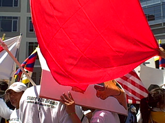Tibet Protest Sign vs. Chinese Flag (Scott Beale) Tags: sanfrancisco china rally protest tibet olympics freetibet olympicgames olympictorch 2008olympicgames 2008olympics beijing2008olympicgames flipvideo flipvideoultra sftorch olympictorchrun