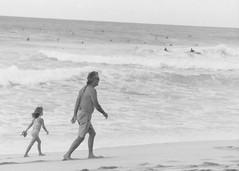 Banzai Pipeline, father/daughter (Meuzic) Tags: ocean bw film beach walking hawaii blackwhite sand pacific oahu walk trix 1999 surfers banzaipipeline
