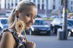[フリー画像] 人物, 女性, 金髪・ブロンド, 人と花, 200807081300