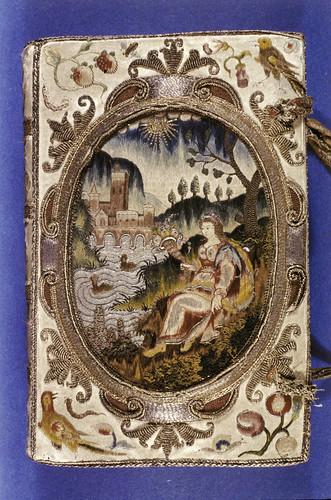 001a-Tapa- Biblia libro de oración- cubierta de seda bordada con metal en las juntas-año 1639