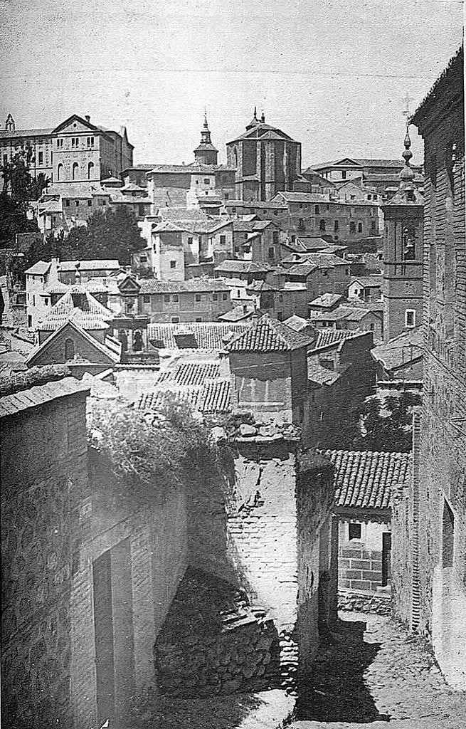 Iglesia de San Andrés (al fondo) e Iglesia de San Lorenzo y alrededores en 1930, antes de ser incendiada en la Guerra Civil. Fotografía de González Nieto hacia 1930