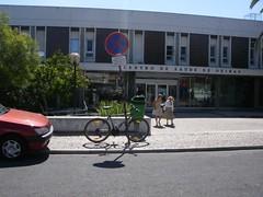 Bicicleta à porta do Centro de Saúde de Oeiras