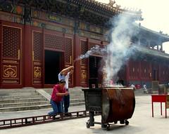 Rezando en Templo Lama (Chilangueo) Tags: china asia religion beijing landmark icon icono lamatemple pekin templolama