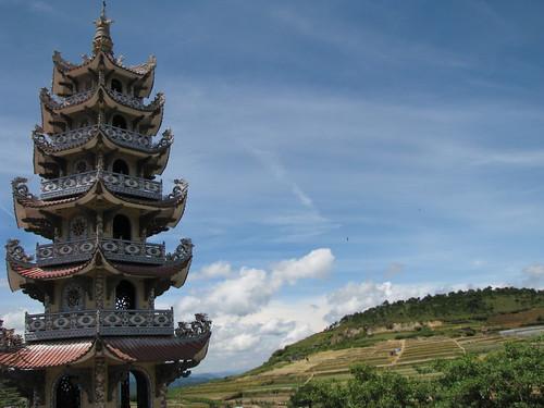 2944303578 ab751d4164 Tìm hiểu nét kiến trúc độc đáo Linh Phước tự