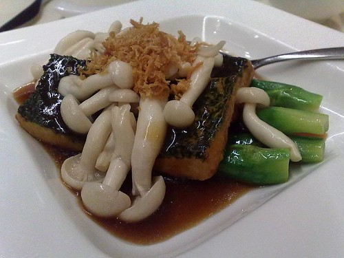 Braised Homemade Beancurd with Wild Fungus & Conpoy Crisp