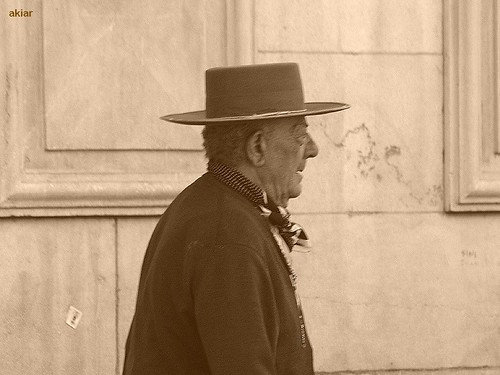 Vendedor de Baratijas con estilo añejo.