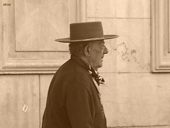 Vendedor de Baratijas con estilo añejo. (akiar) Tags: sepia sevilla olympus e300 zuiko xataca akiar akiarexpone photowalkxfsevilla