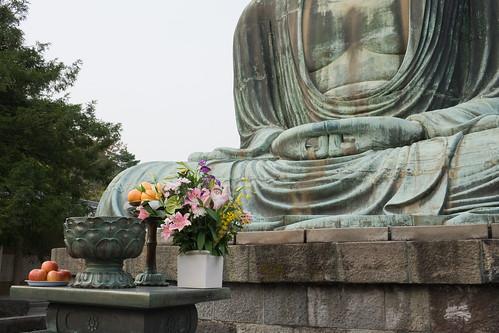 Quelques offrandes se trouve devant le grand Bouddha