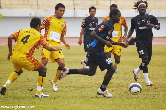Souleymane Traore lepas dari penjagaan Charis Yulianto dan Isnan Ali