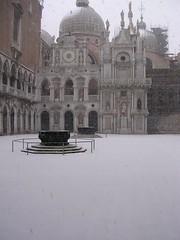Cortile di Palazzo Ducale con neve