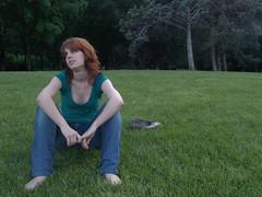 La perfecta definición (palomaca) Tags: verde primavera book mujer chica retrato colores modelo zapatos campo casual gafas mirada infinito pelirroja joven cesped hierba nuevos femenina atractiva seducción seductora manoletinas basamarrubi
