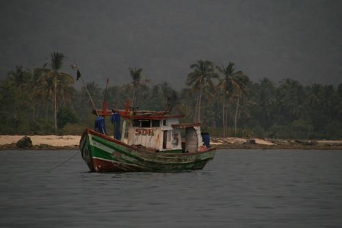 Fischerboot vor Dschungelkulisse