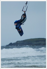 jumping kitesurfing (Janek Kloss) Tags: ocean ireland beach strand island foto view shot image photos hans tourist an irland eire fotka atlantic aisle end mayo fotografia 2008 achill attraction zdjecia irlanda kitesurfer kloss ierland janek j23 zdjecie fotki irlandia seson cuan   hwdp kiteserfing lirlande fotosy  trawmore  moli516