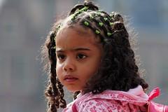 Op vaders schouder (Plutone (NL)) Tags: pink portrait brown black girl eyes groen serious ogen portret zwart meisje bruin roze elastiek rugzak vlechten