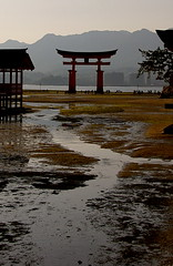 Baixamar al santuari / Low tide at the shrine (SBA73) Tags: red japan contraluz rojo shrine tide unesco nippon vermell lowtide shinto torii  jinja nihon aigua kami jap worldheritage rec palafito santuario contrallum marea itsukushima japn baixamar humanidad patrimonio shintoism patrimoni shintoist    santuari hatsukaichi chugoku  saeki sintoismo humanitat anawesomeshot aplusphoto palafite sintoista sintoisme 100commentgroup