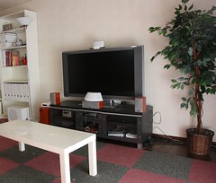 自宅TV環境へのNIRO Qのセッティング。茶色いスピーカー群はBASE-V20XのものでNiroとは関係がない