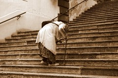 La vecchia signora no es de Turín, es de Roma (darkside_1) Tags: roma italia picnik escaleras vejez vecchiasignora abigfave goldstaraward sergiozurinaga bydarkside