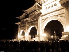 free tibet, free taiwan. (YENTHEN) Tags: nokia taiwan streetphotography taipei libertysquare yenthen