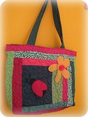 Joana e Flor... (Joana Joaninha) Tags: minasgerais bag quilt flor vermelho boto tiradentes patchwork bolsa segunda pa joanajoaninha