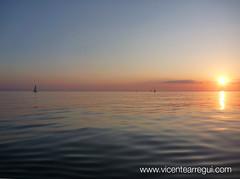 El mar es el espejo en que se mira el sol cada mañana.