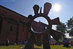 Referendum: tutti scelgono il sole vero (la Princesse sur le Pois) Tags: chiesa cielo sole azzurro calore luce ohhh abbazia morimondo colorphotoaward energiapulita energiarinnovabile