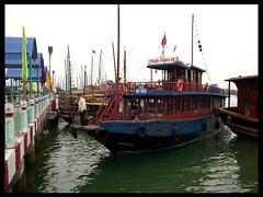 VIETNAM, Halong , Im dichten Dunst  - Schne alte Schiffe, zum Teil fast leer (roba66) Tags: boot boat meer boote vietnam schiff schiffe halong bucht boads absolutelyperrrfect
