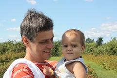 Nos braos do pai / With the father (Marcio Cabral de Moura) Tags: portrait baby canada quebec retrato farm montreal beb qc eduardo canad fazenda colheita framboesa cramberry