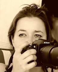 Cercando la foto (Oriana Milani (poco tempo)) Tags: portrait people bw white black sepia nikon bn persone bianco ritratto nero seppia quelliche d80