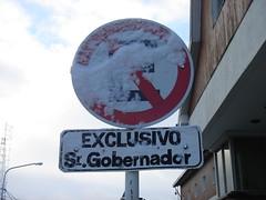 No moleste al gobernador.... (Upper Uhs) Tags: patagonia snow argentina argentine sign tierradelfuego ushuaia nieve governor sur cartel señal argentinien exclusivo noestacionar srgobernador